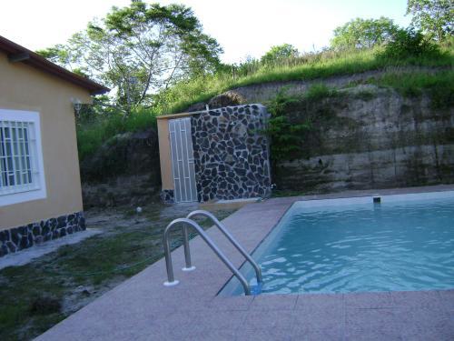 Barata casa con piscina propia en san carlos for Apartamentos con piscina propia