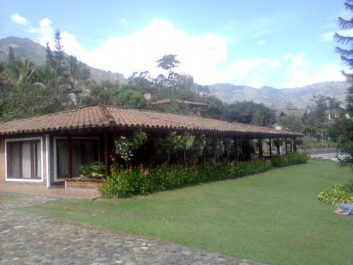 ofrezco hermosa casa campestre con 350 metros de construcción, en la exclusiva unidad campestre villa roca, a 5 minutos de copacabana,municipio con to en antioquia