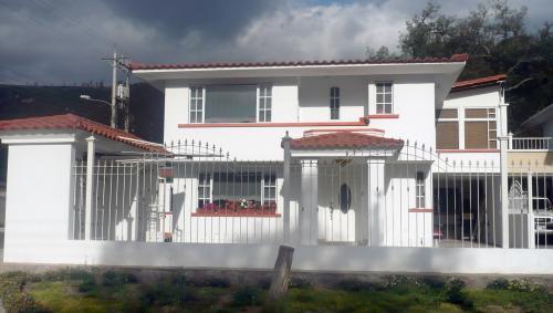 JARDINES DE LA PAMPA,HERMOSA CASA 2 PLANTAS,240m2 de construcción: $130.000