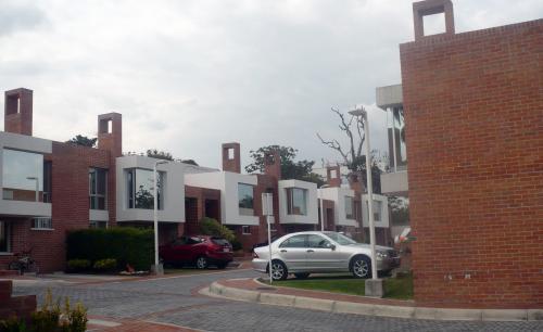 CASA PORTÓN DE CUMBAYÁ, 145m2, CERCA A LA UNIVERSIDAD SAN FRANCISCO DE QUITO $138.000