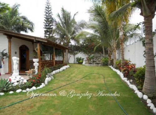 Casa con 3 anexos y jardin bonito en venta en Pedernales.