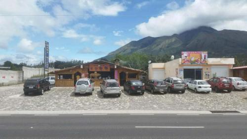 VENDO TERRENO CON LOCALES COMERCIALES EN PANAMERICANA SUR DE ATUNTAQUI
