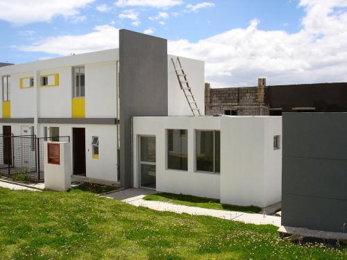 Casa 2 pisos para estrenar, esquinera, nueva con proyecci�n a 3 pisos. Barrio Monserrat Conocoto Alto a 4min del camino antiguo.