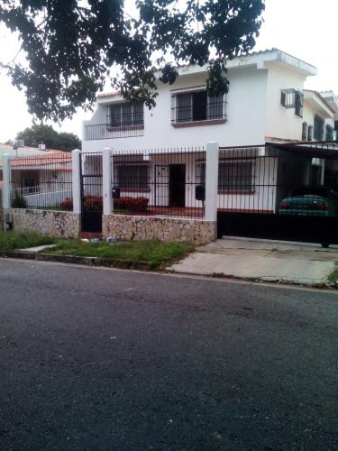 VENDO CASA EN URB.TRIGAL NORTE.