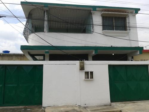 vendo casa con local comercial planta baja y apto en planta