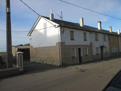 Casa adosada con huerta edificable al lado del mar y en casco urbano.