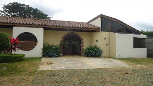 Grande casa en alajuela se puede alquilar con opcion de venta