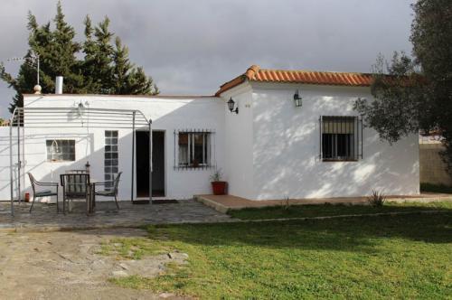 ¡Aquí tiene la casa con terreno en Chiclana que buscas!.