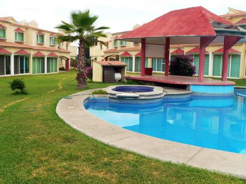 Hermosa casa residencial los mangos con alberca y cancha de tenis en Yautepec